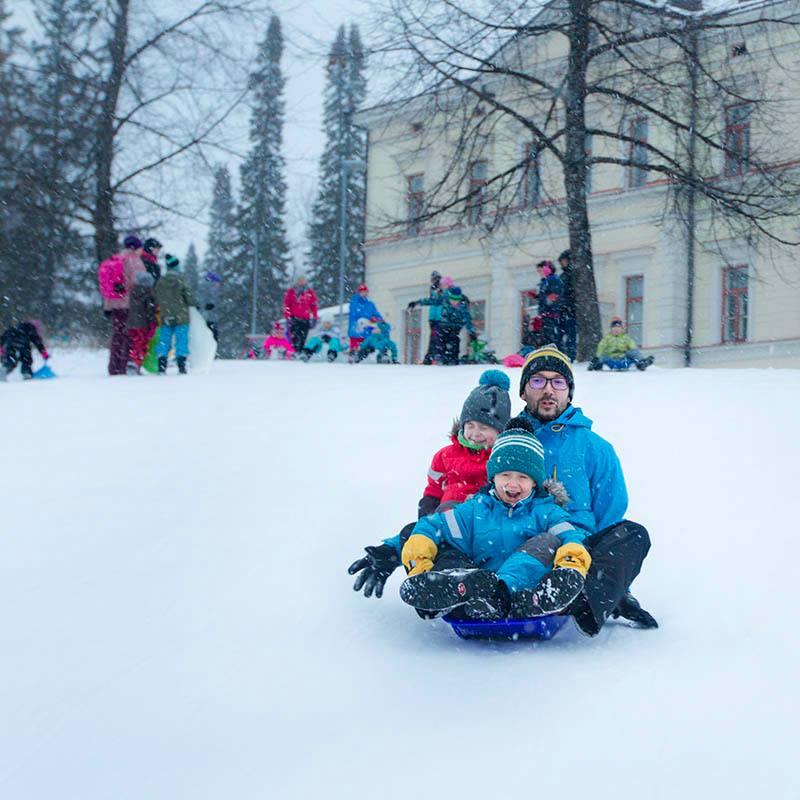 Mäenlaskua Kuopion keskustassa Brahenpuistossa