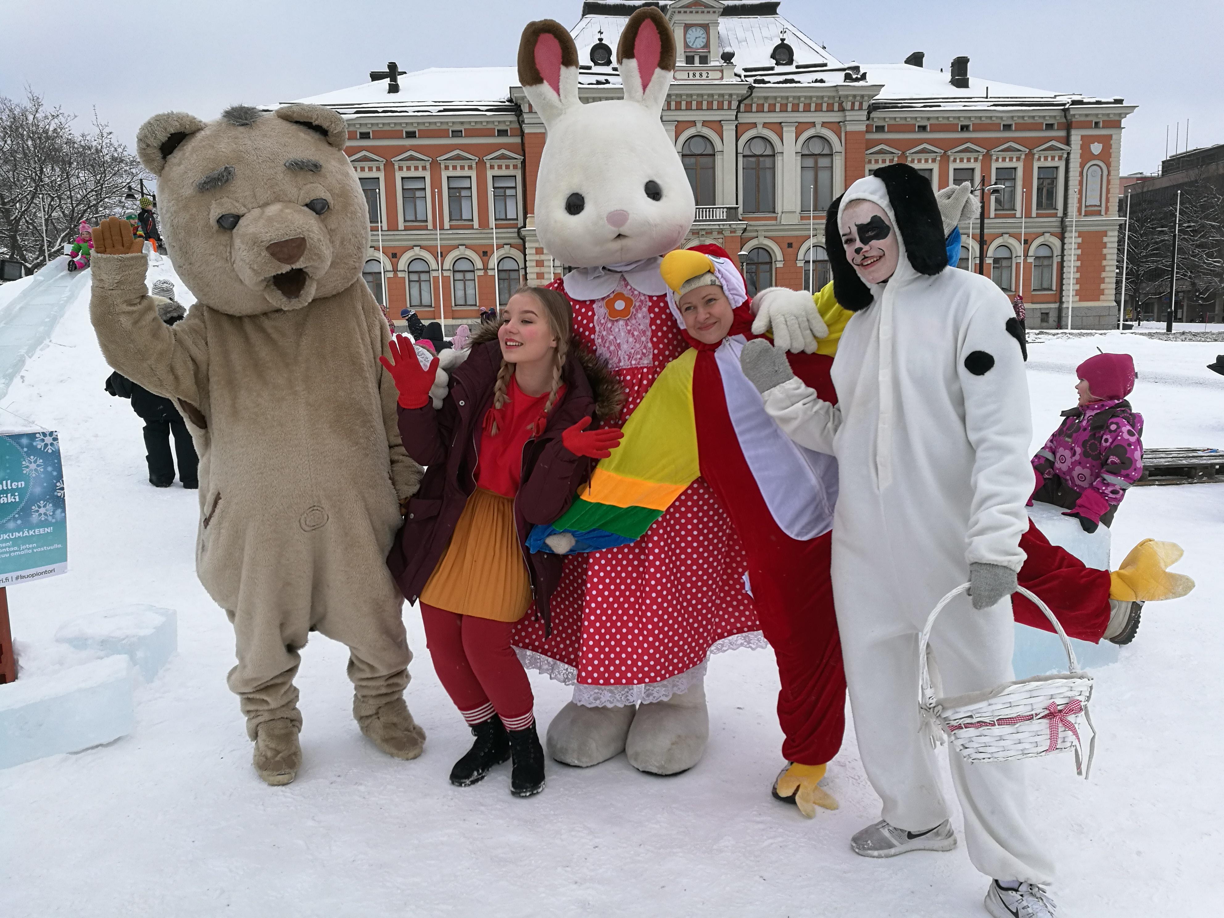 Uppiksen jääliukumäen avajaiset Kuopion torilla