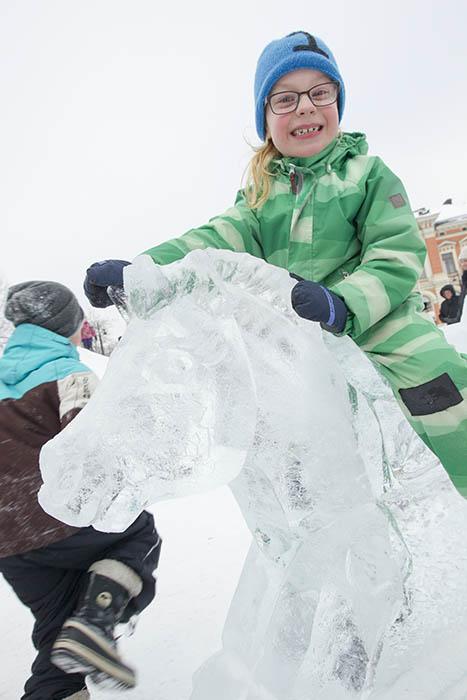 Kuopion torin jääkeinuhevonen