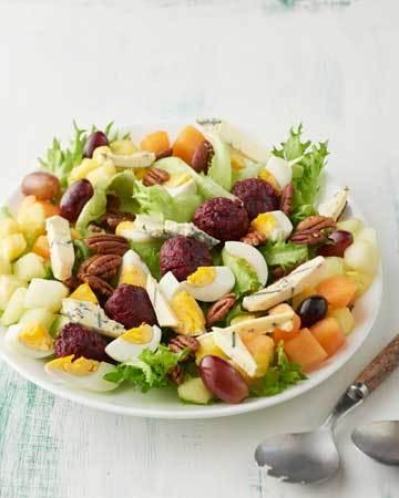 Hedelmäinen salaatti punajuuripyöryköillä