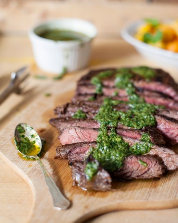 Flank steak chimichurri-kastikkeella