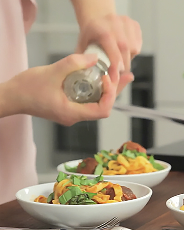 Kasvisjauhispyörykät ja pastaa tomaattikastikkeessa