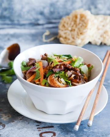 Naudanlihaa ja kasviksia Chow Mein à la Tuorekset