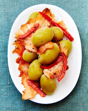 Suuret oliivit ja paistettu graavilohi