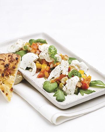 Lämmin tomaatti-mozzarellasalaatti